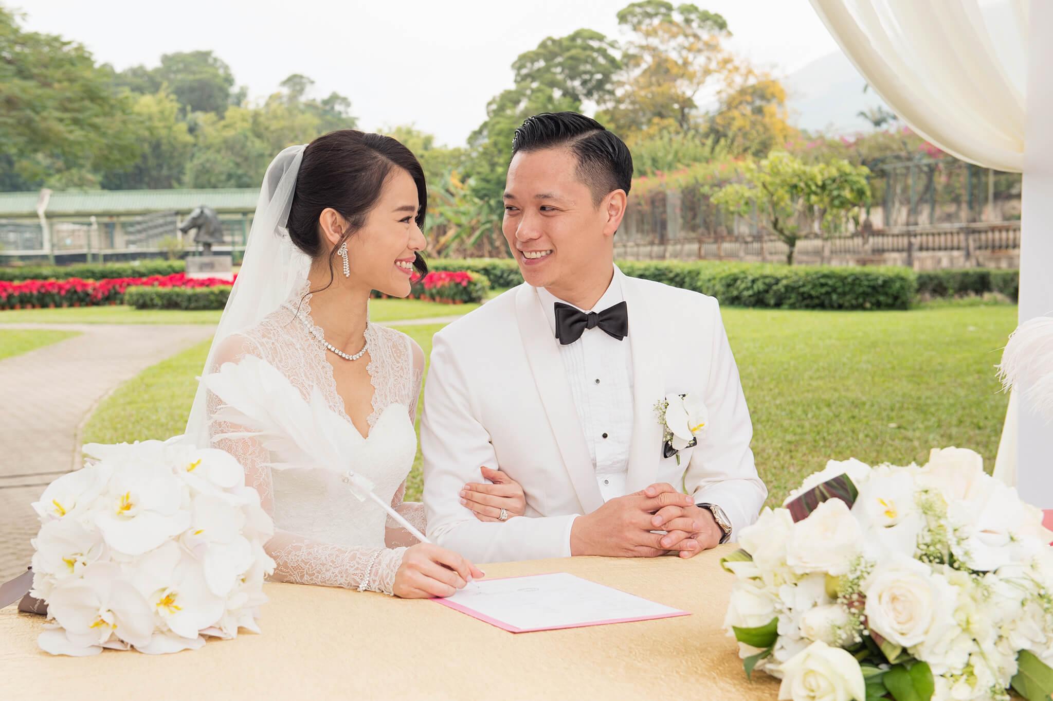 2015年12月28日,胡杏兒與李乘德在舉行以「祝李杏福」為主題的婚禮;杏兒穿着自家品牌的白色美人魚尾婚紗,與Philip於上水雙魚河鄉村會註冊。