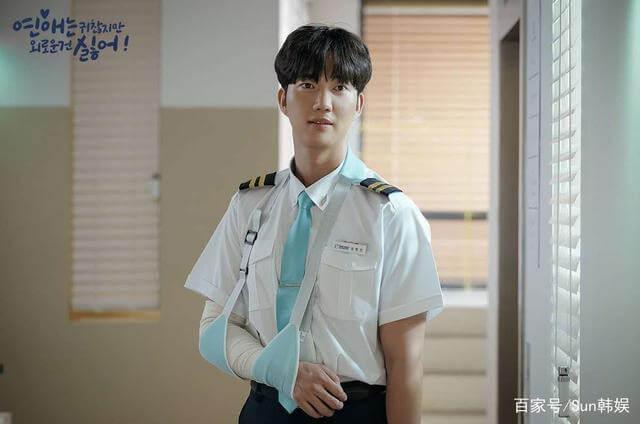 穿起空少制服的朴健一,說自己在男團時,經常要坐飛機,所以今次會透過回憶融入角色,令自己更投入。