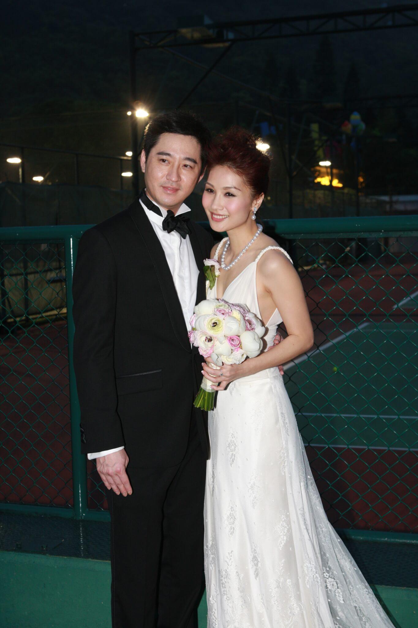 袁彩雲於2009年3月28日,嫁予加拿大籍飲食業華商Anthony Kong,並於6月移民加拿大。