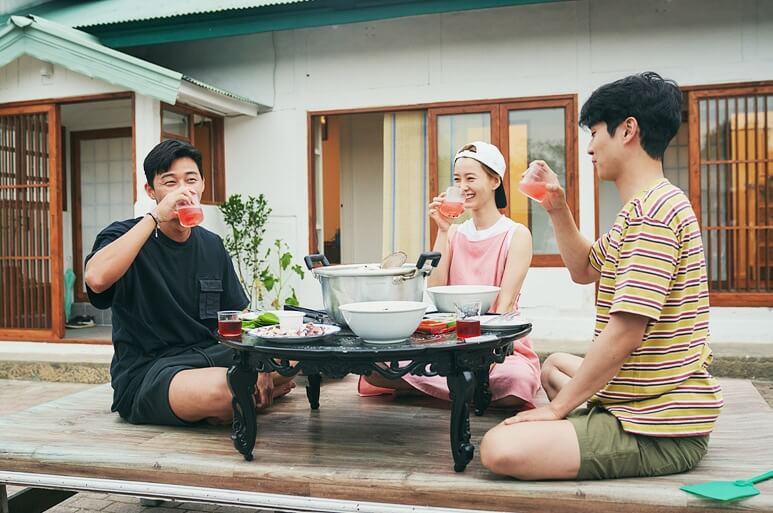 《暑假》展現崔宇植及鄭有美的真實放假生活,當中崔宇植也不介意流露自己不懂做家務的一面。