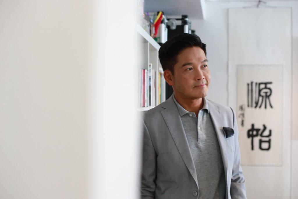 鄭啟泰爸爸是電影海報畫師,一直影響着他對電影的熱愛,其父更在其工作室題字「源始」,意思是一切歸於最根本源始。