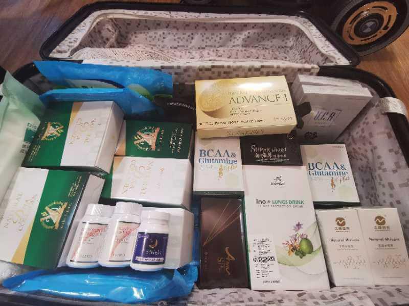 彭皓鋒太太愛夫心切,擔心他隔離期間冇啖好食,執拾了大半箱行李都是營養代餐。