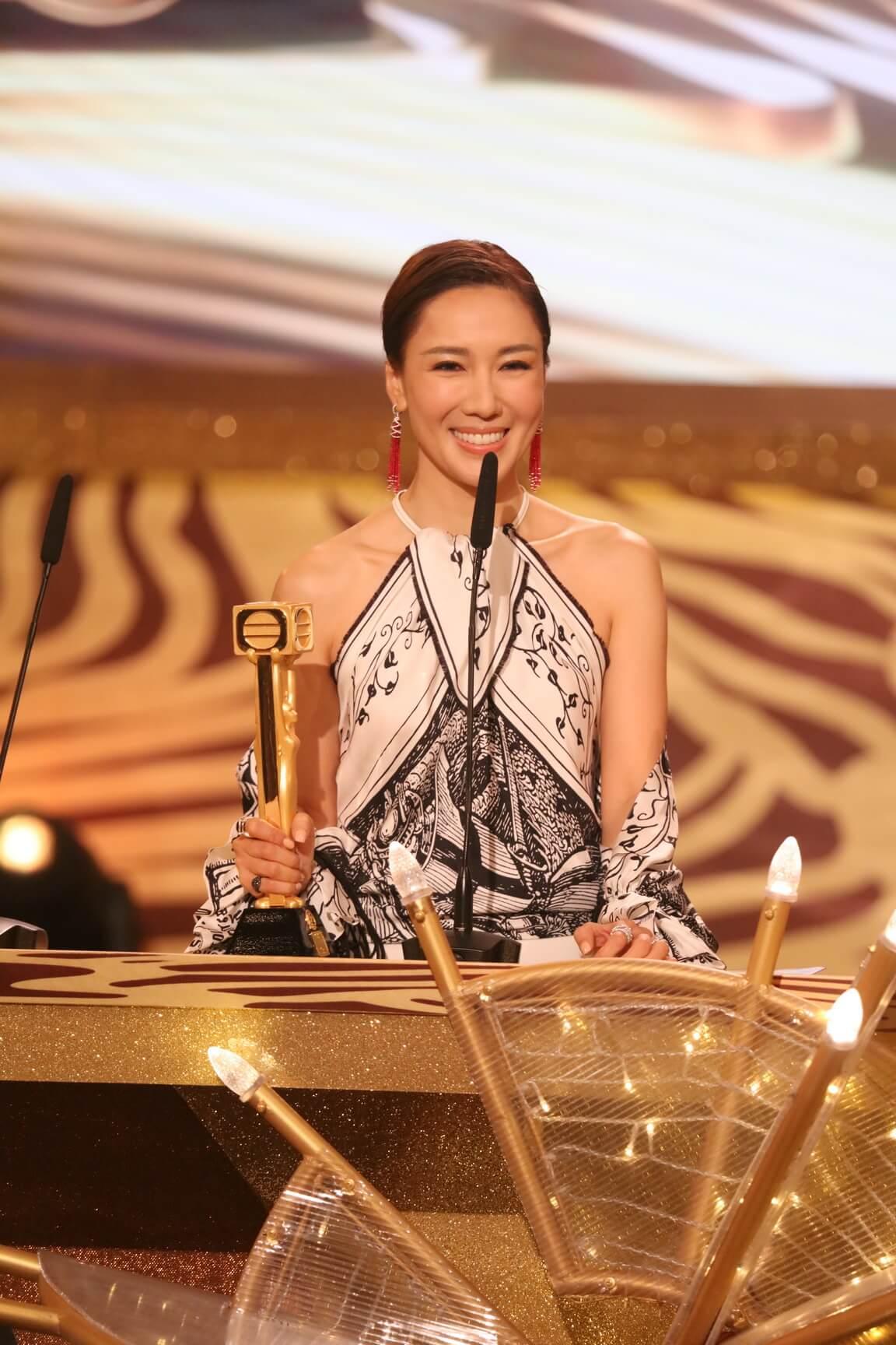 李施嬅去年在《金宵大廈》一人分飾兩角,人氣急升,順利摘得「最受歡迎電視女角色」獎項。