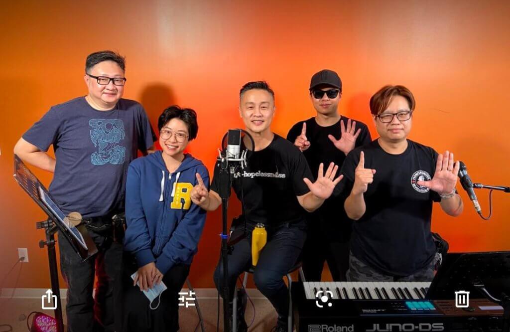 鄭敬基與當地音樂人在網上直播「追一個實驗音樂夜live」,宣揚香港精神。