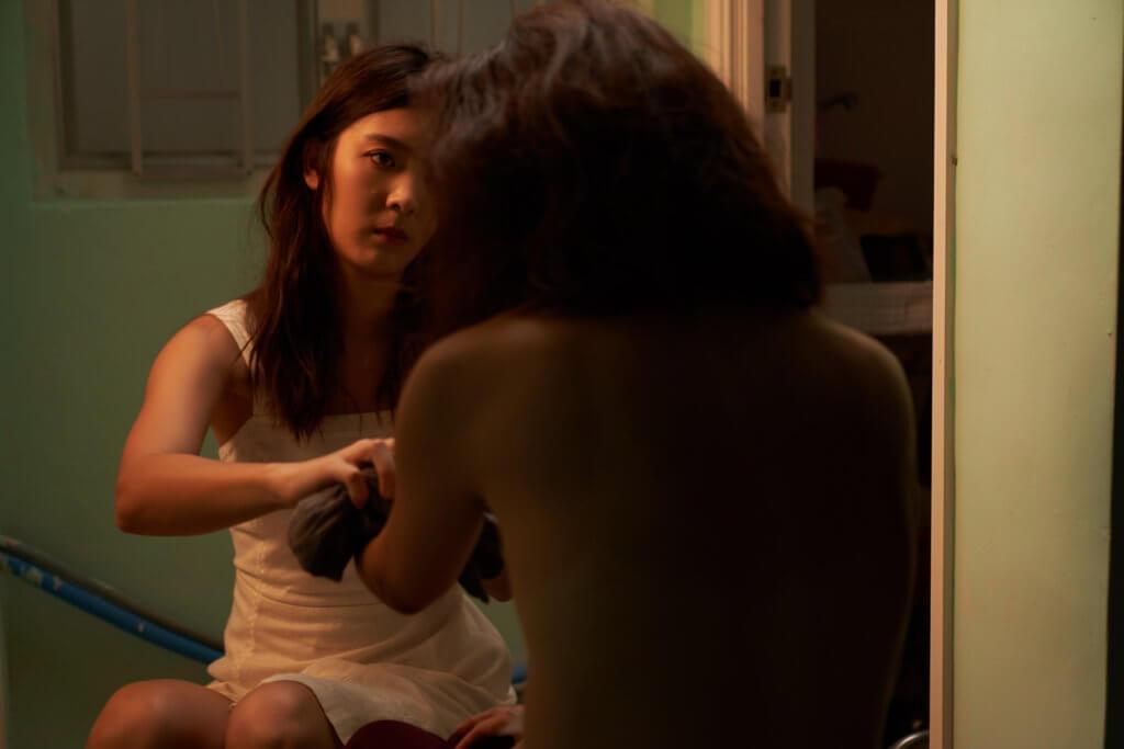 余香凝在新歌MV中飾演孝順女,要幫患病母親洗澡,她笑言拍了很久,也擔心擦到對方甩皮。