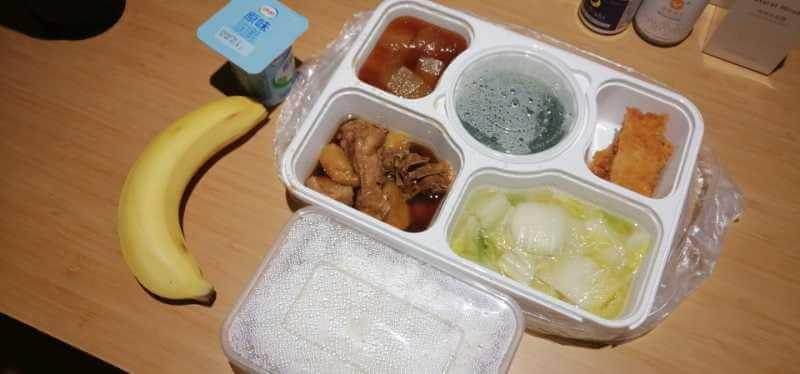 隔離期間酒店會提供三餐,午、晚餐會有四餸一湯、水果及乳酪。