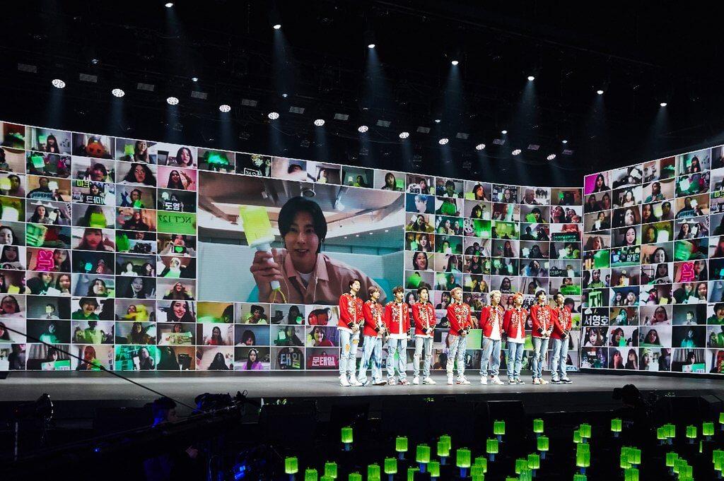 NCT127在演唱會中與粉絲們透過視像交流,粉絲總算能望梅止渴。