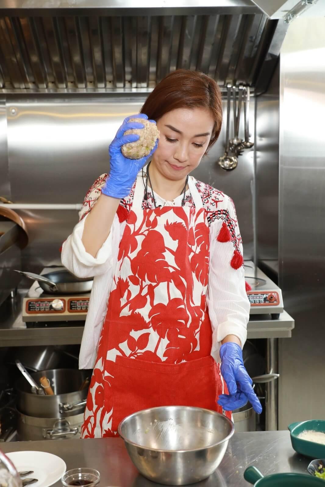 加入適量生粉或麵粉,將免治豬肉打至起膠。