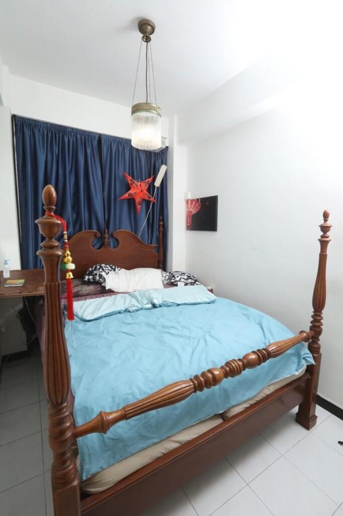 睡房佈置簡單,沒有多餘雜物。因為喜愛中國文化,所以特別鍾情古典的木傢俬。