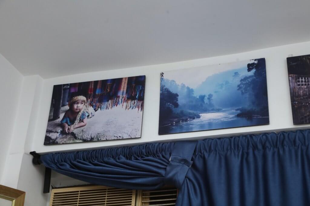 原來易宇航的攝影也有一定水準,牆上的作品全都是出自他手。