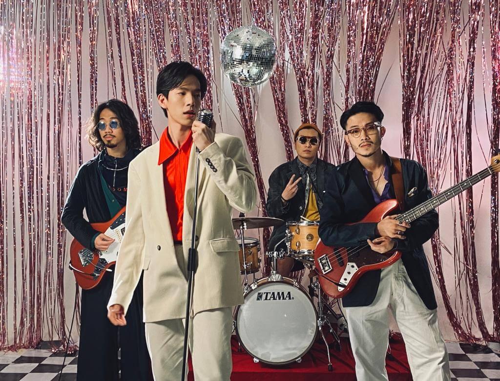 張明偉的樂隊Charming Way主力唱英文歌,很多人也建議他們改唱中文歌,令更多人認識,但他覺得自己做音樂不是為了知名度,而是想將自己所想表達出來。
