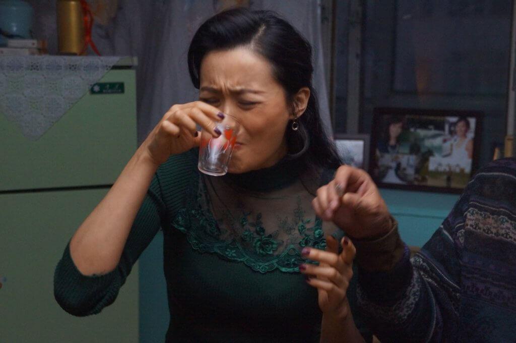 拍攝前,她會到歌廳觀察女人喝酒姿態。