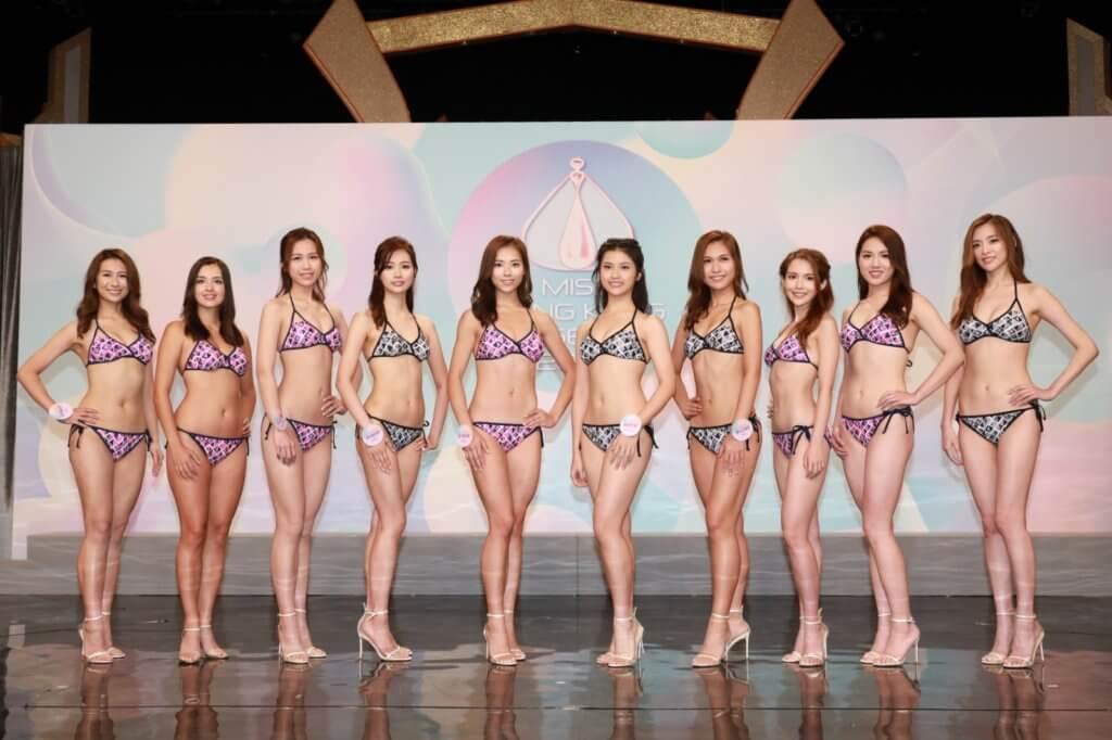 最後十名入選佳麗,穿着泳衣出席活動。