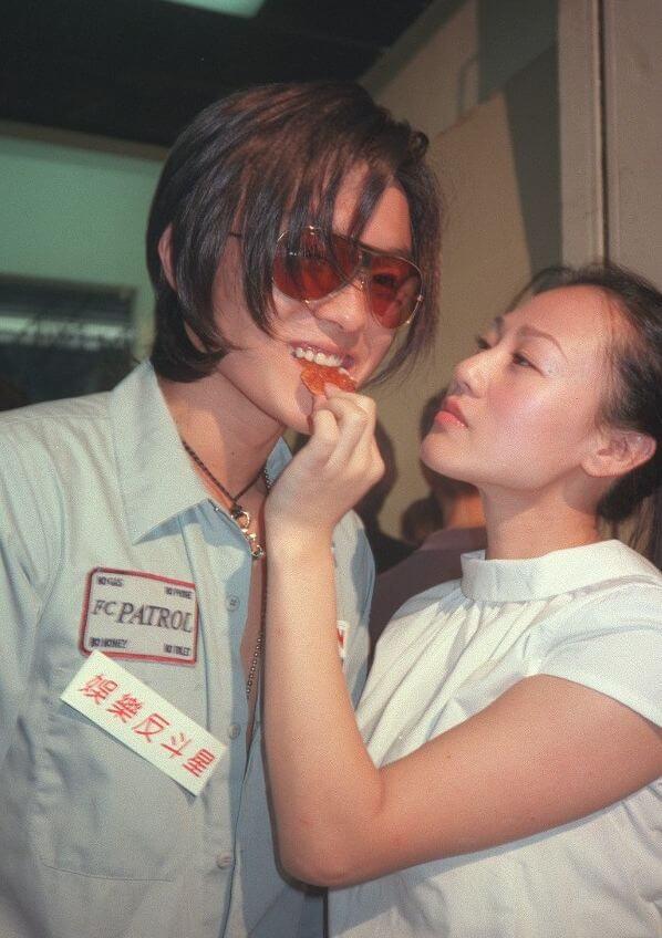 楊明十八歲訓練班剛畢業,因模仿謝霆鋒酷似而受注目。