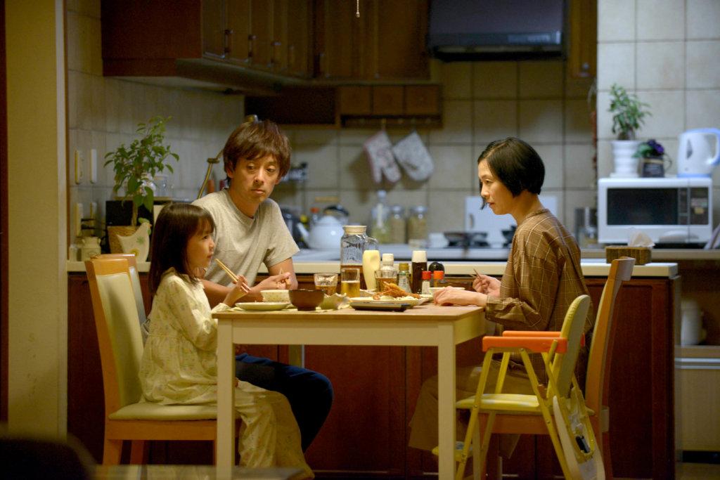 片中女主角的父母雖然白天要出外工作,但仍很關心女兒。
