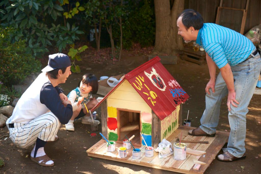 父親安排下,女主角在住所附近親戚的工場為愛犬搭造狗屋。