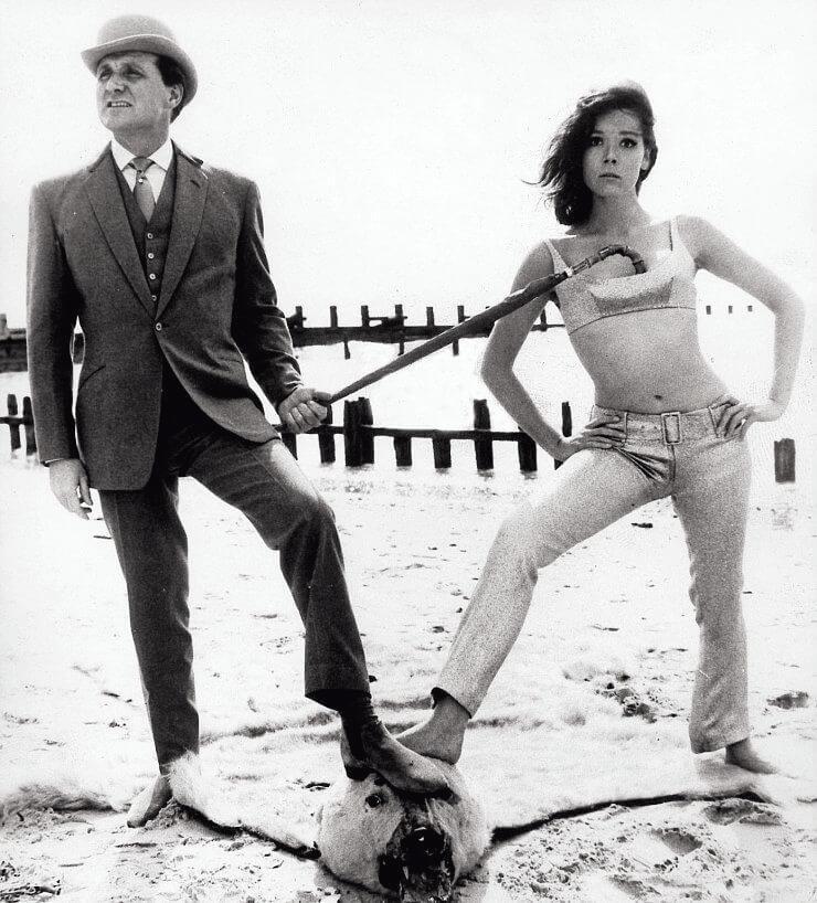 《龍鳳神探》的宣傳照中有這一幀,這位英國紳士,把他的身份象徵物「雨傘」勾了在與他一起出生入死的女性夥伴戴安娜 ∙烈的胸部上。這個動作的暗示,表面是二人工作上的從屬關係,但更「做者無心,觀者有意」的聯想,是性。