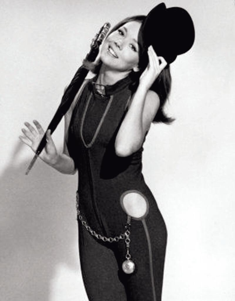 雨傘與圓頂硬禮帽作為男性性徵的符號,在《龍鳳神探》的Diana Rigg 手中,卻可用作模糊性別和身份的道具,因為劇中的「她」,是給「他」遮風擋雨,本來男人該給女人提供的保護。