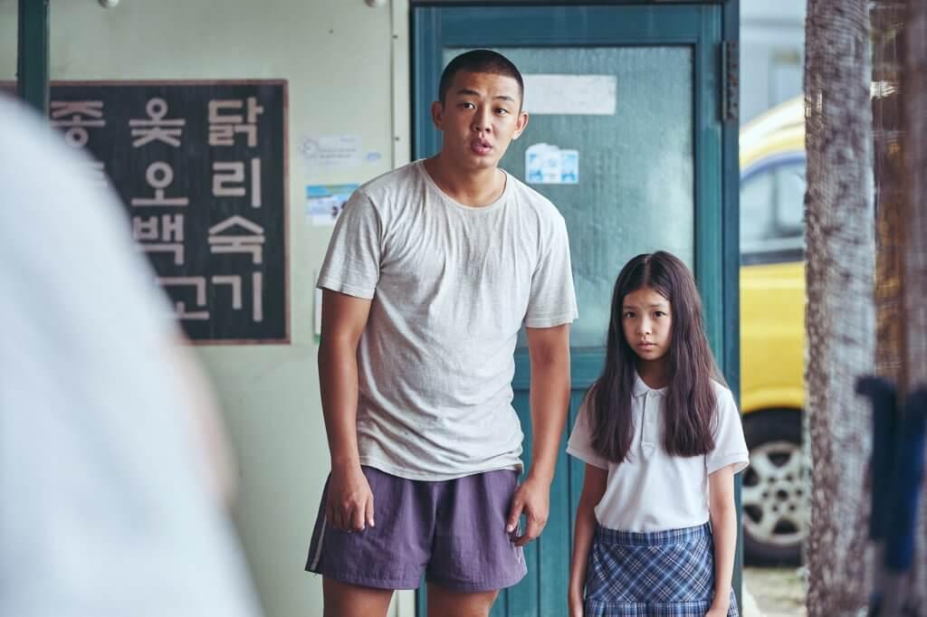 劉亞仁飾演清理屍體的社團小混混,無端捲入女孩綁架案中。