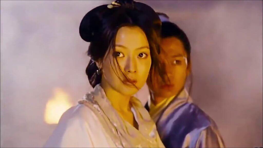 金喜善第一部在香港正式上映的電影,是二千年的《飛天舞》。