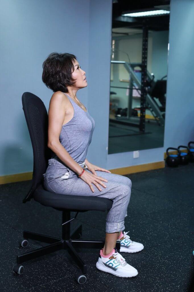 肩膊盡量張開伸到最高,再慢慢放鬆。
