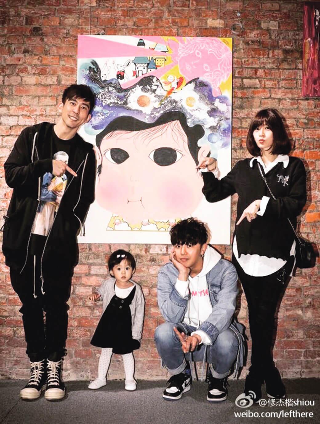 小鬼在台灣舉行畫展時,賈靜雯和丈夫修杰楷帶可愛咘咘捧場。