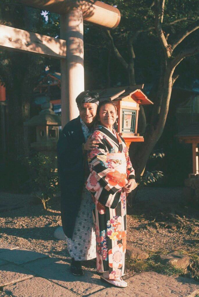 帶媽媽到京都穿和服,到處拍照,他說感覺像拍拖。