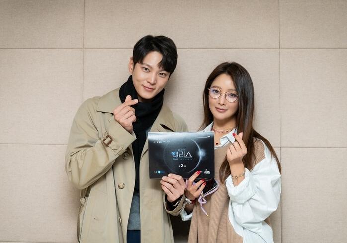 戴上眼鏡的金喜善與周元齊齊為新劇宣傳,兩人就算演情侶也絕無違和感。
