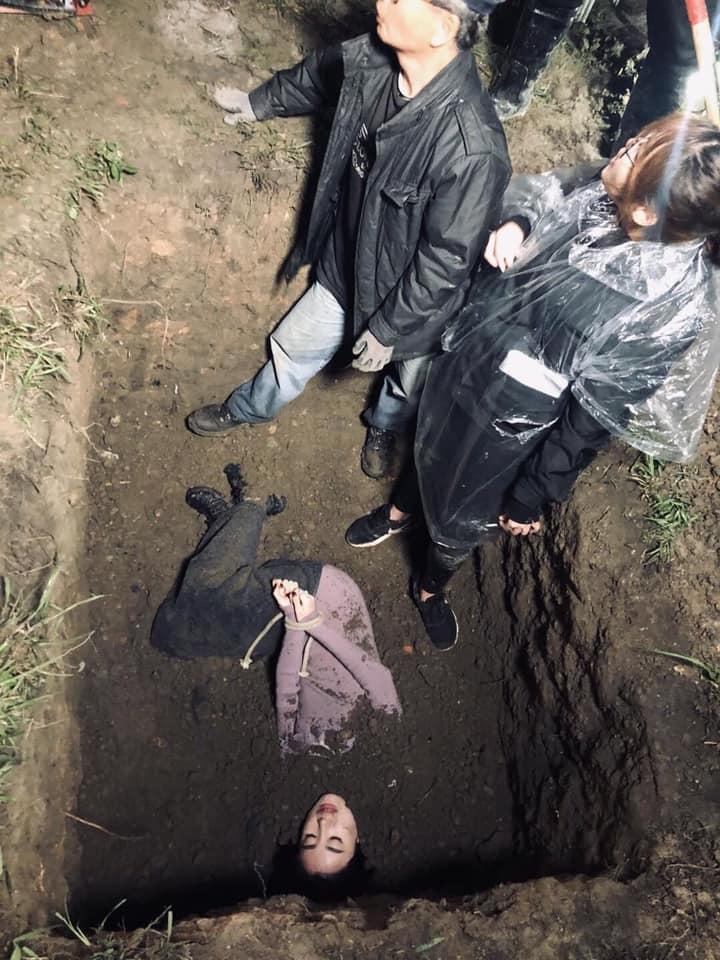 劇集《反黑路人甲》其中一場戲,她需被泥土活埋。