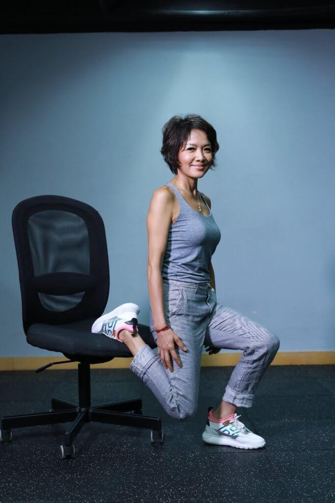 單腳半蹲可鍛鍊大腿肌肉