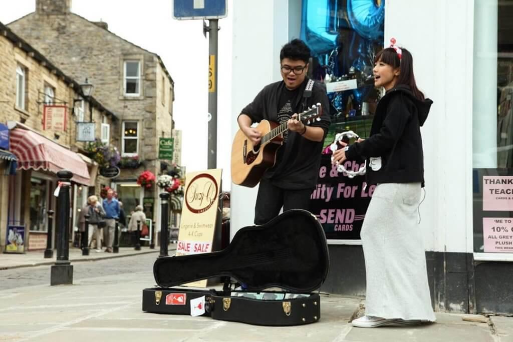 糖兄妹十年前在英國拍旅遊節目時在街頭賣唱