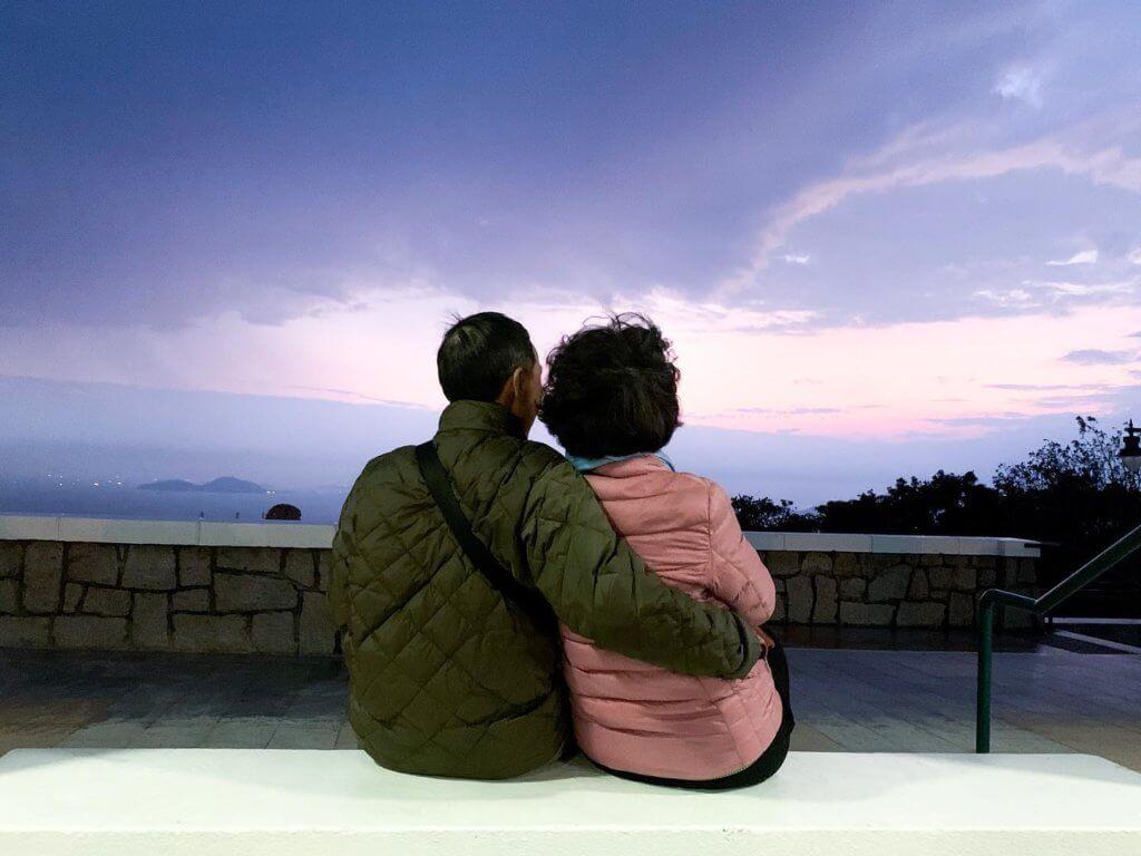 糖妹貼出父母恩愛背影的合照,她說自己擇偶「眼角高」,因不想經歷離婚。
