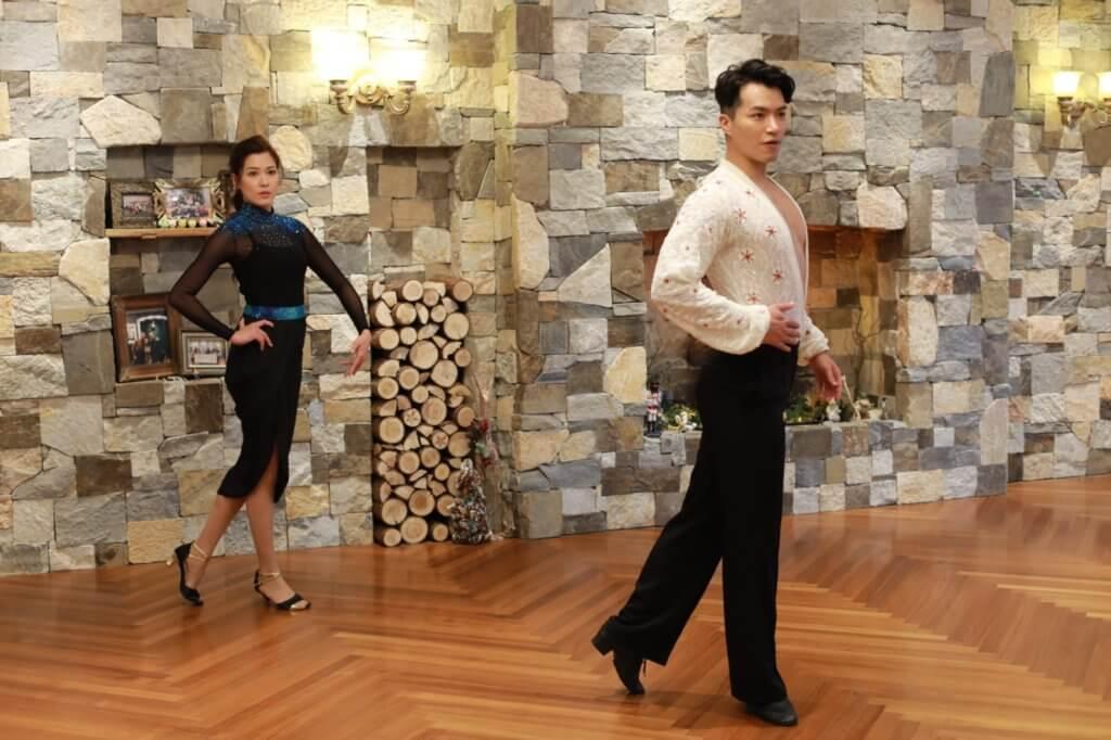 跳拉丁舞時,舞者需要挺直腰身,收緊核心及放鬆肩膀,久經訓練的運動員都養成良好體態。