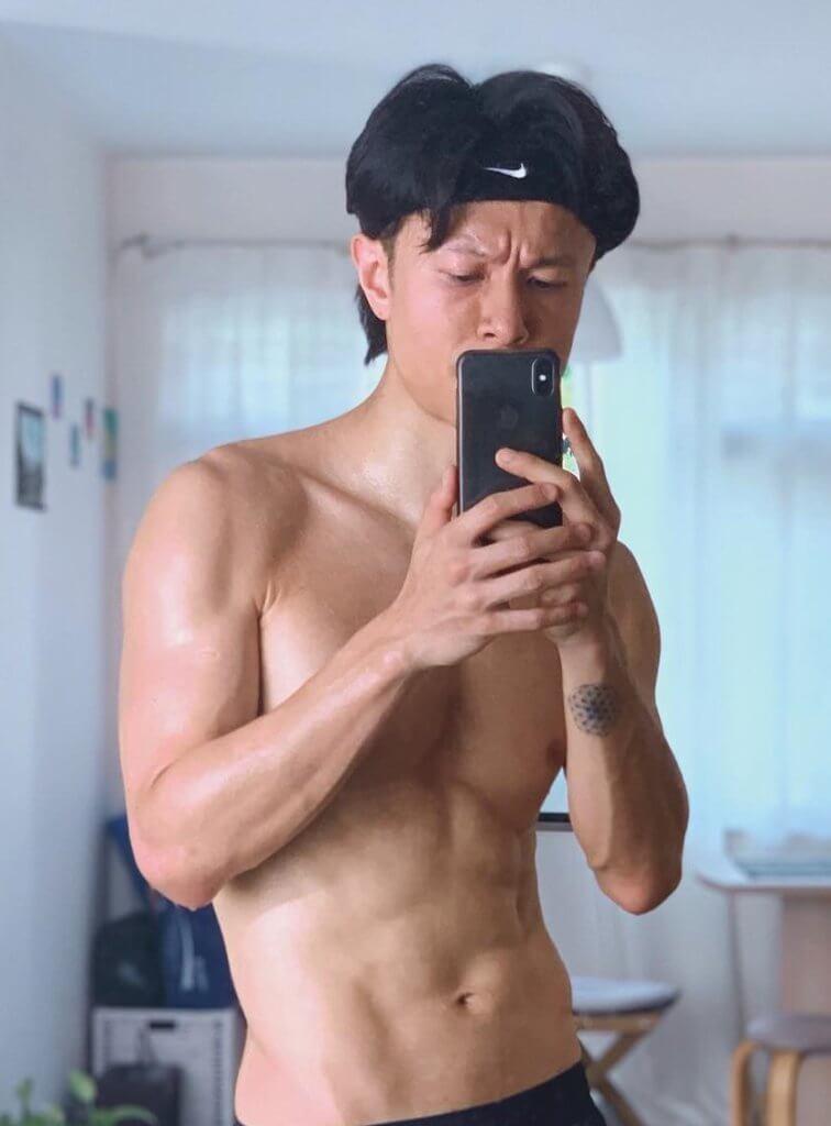 從陳健安網上騷肌的照片可見,他手腕紋了生命之花圖案。