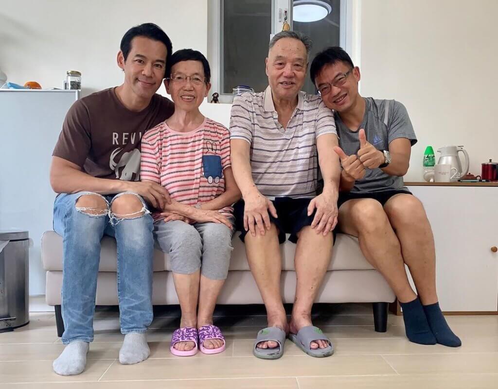 做新人時靠父母供樓,現在徐榮最想每年帶父母旅行,旁為徐榮胞兄。