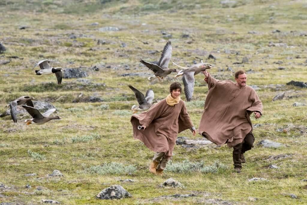 主角父子穿上啡色長袍,令雁鳥覺得他們是同類,從而獲得雁鳥信任。