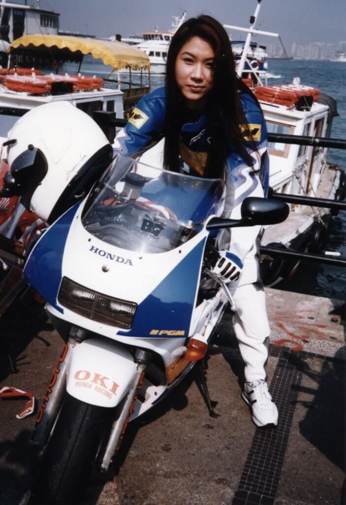 彭家麗性格斯文害羞,但又有粗豪的一面,開電單車代步。