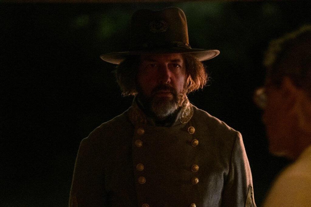 珍娜馬龍飾演恐怖惡毒女子,與女兒挑選黑人奴隸運入農場。