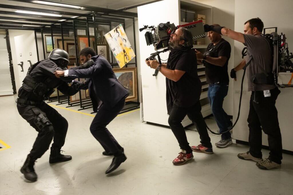 當過美式足球聯盟球隊隊員的尊大衛坦言,職業運動員的體能有助他親身上陣拍攝《天能》高難度動作戲。