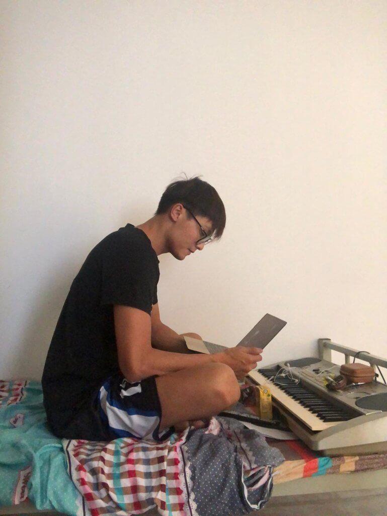 在駿洋邨隔離十日,謝高晉感覺是度日如年,靠練琴消磨時間。