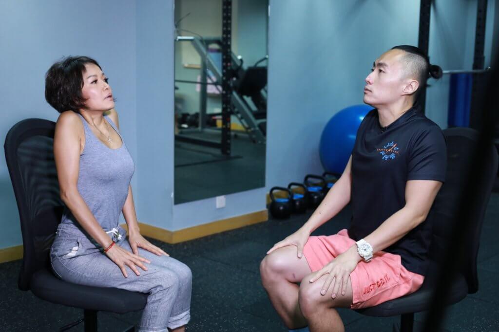 肩膊伸展動作,最適合久坐工作的文職人員。