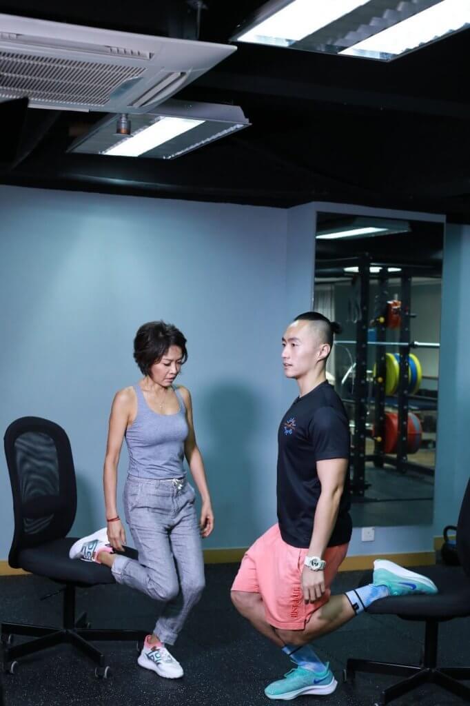 左右腳交換做半蹲動作時,身體成一直線保持平衡。