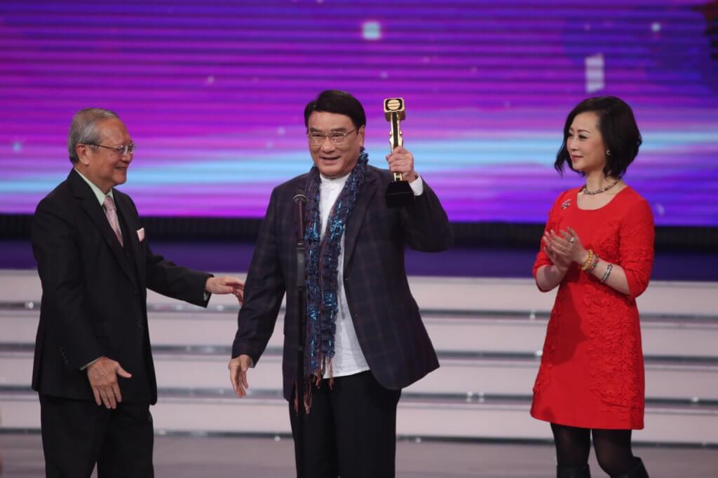 六年前炳哥在女兒陪同下,獲無綫行政主席梁乃鵬頒發「萬千光輝演藝人大獎」。