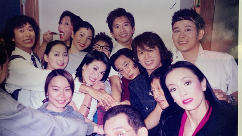 當年拍劇集《男親女愛》後,一班演員演了五十多場舞台劇,成為好友。