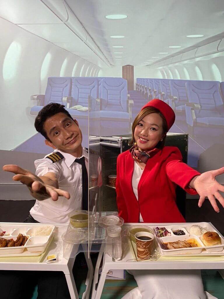 李尚正及盧頌恩化身機師及空姐享受飛機餐,二人笑言可緬懷一下坐飛機去旅行的感覺。