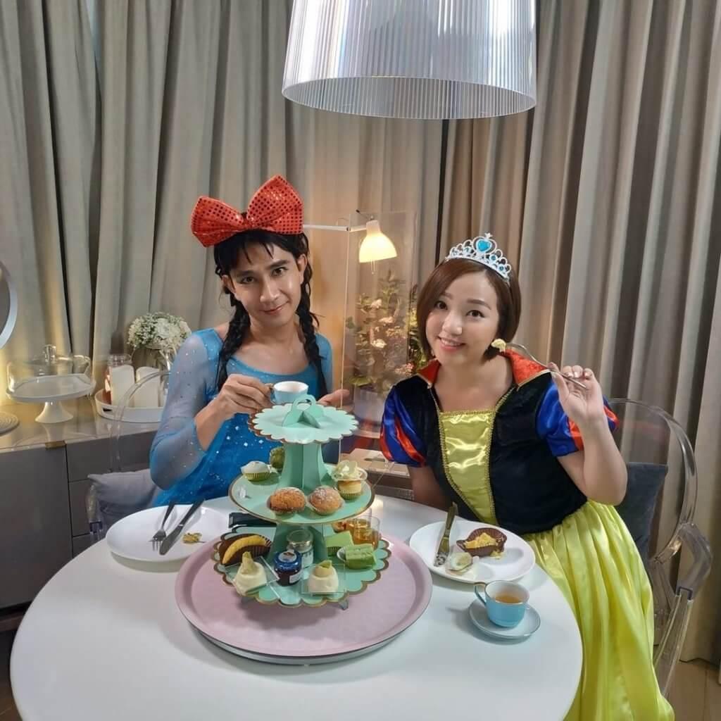 李尚正與盧頌恩外賣酒店下午茶,二人打扮成Elsa及白雪公主,最搞笑是李尚正反串Elsa,食完甜品連假髮也變色。