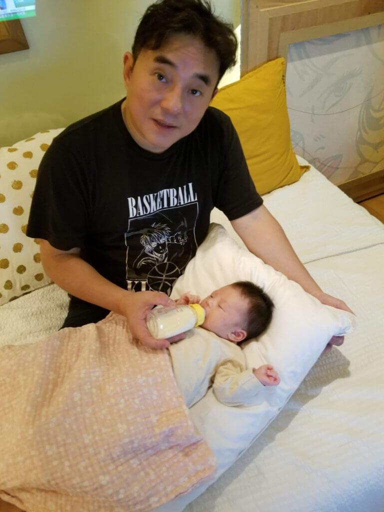 呂方為讓太太坐月期間有充足睡眠,負責半夜起牀餵奶。
