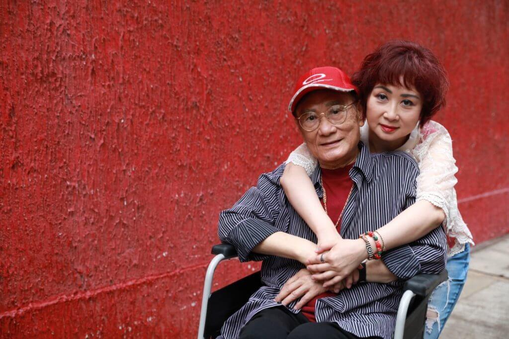 瑩瑩得知父親患重病後,搬回娘家照顧父母