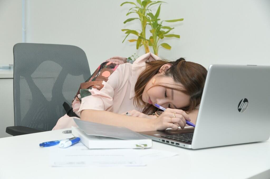 睡眠不足最直接的影響是精神難以集中