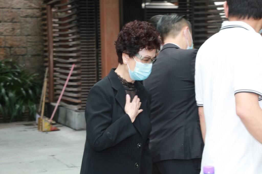 炳嫂在火葬場化寶後,右手掩着胸口,神情傷感。